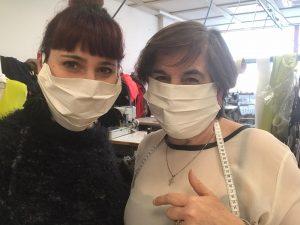 L'artigiana stilista confeziona mascherine contro il coronavirus